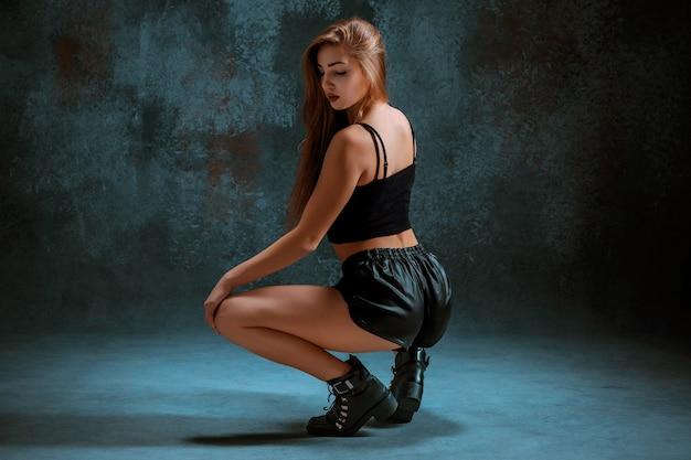 Atrakcyjna dziewczyna tańczy twerk w studio