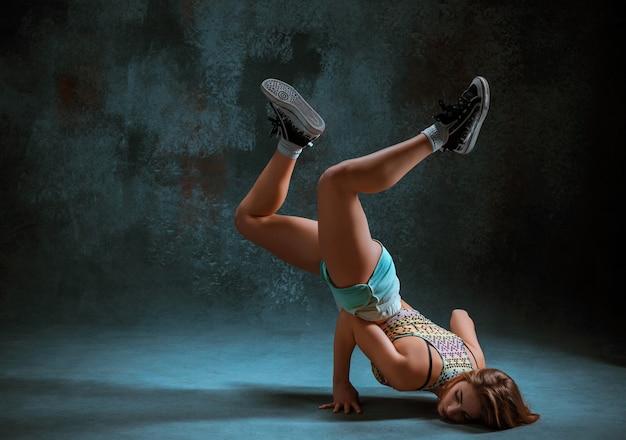Atrakcyjna dziewczyna tańczy twerk