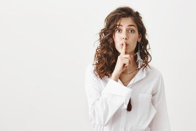 Atrakcyjna dziewczyna ukrywa sekret, cicho, prosząc o ciszę