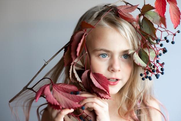 Atrakcyjna dziewczynka twarz i głowa z czerwonym ornamentem liścia