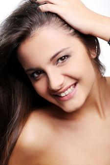 Atrakcyjna i szczęśliwa dziewczyna o brązowych oczach