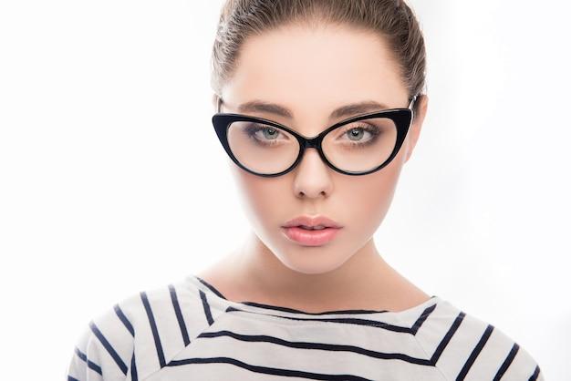 Atrakcyjna inteligentna kobieta w okularach i t-shirt w paski