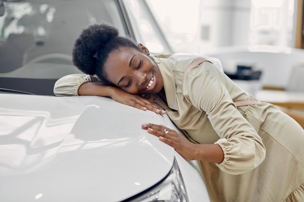 Atrakcyjna kobieta afro marzy o nowym samochodzie