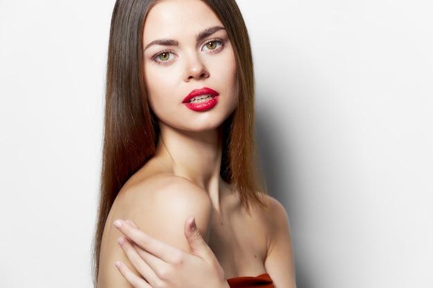 Atrakcyjna kobieta atrakcyjny wygląd nagie ramiona czerwone usta jasny makijaż przycięty widok
