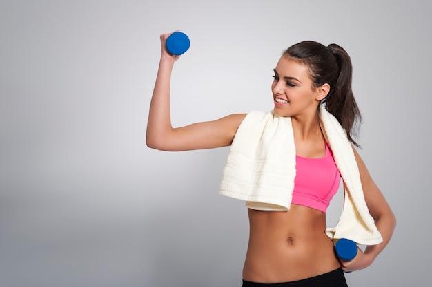 Atrakcyjna kobieta ciężko pracuje, aby pozostać w formie