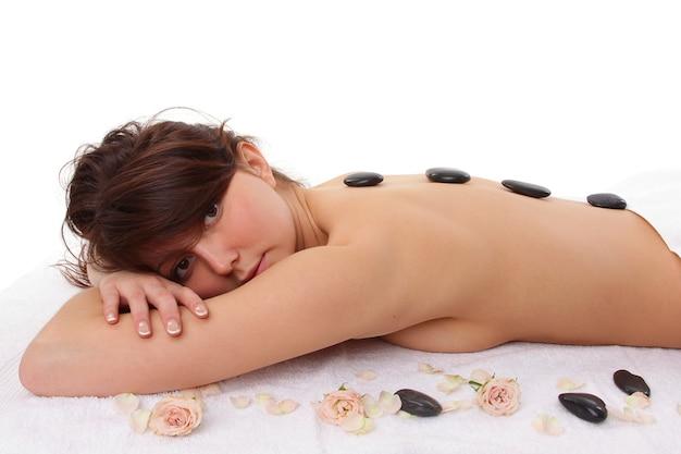 Atrakcyjna kobieta coraz leczenie uzdrowiskowe na białym tle