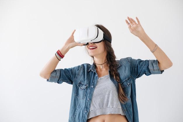 Atrakcyjna kobieta doświadczająca technologii vr