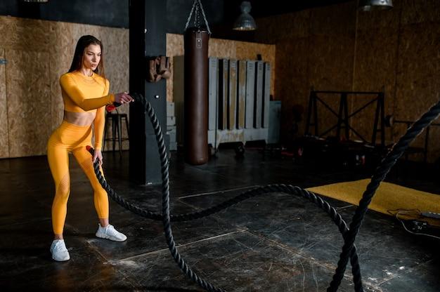 Atrakcyjna kobieta fitness wyszkolona portret życia kobiecego ciała uprawiająca sport wysokiej jakości zdjęcia