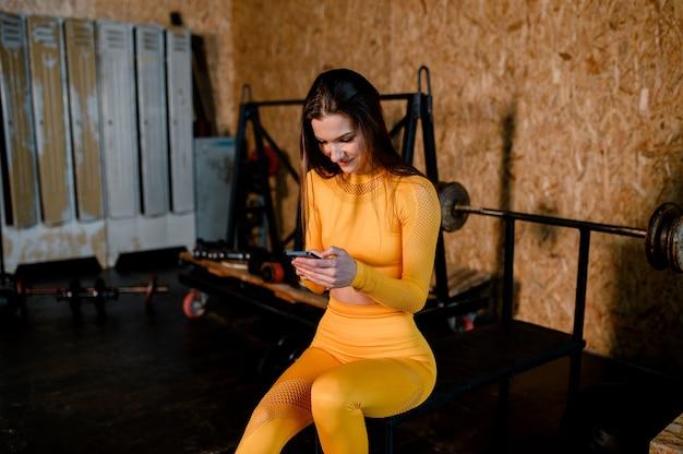 Atrakcyjna kobieta fitness wyszkolona portret życia kobiecego ciała uprawiająca sport wysokiej jakości zdjęcie
