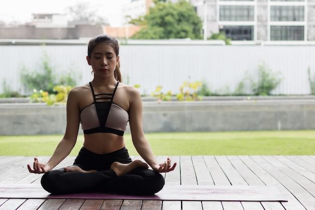 Atrakcyjna kobieta gra jogi dla jej dobrego zdrowia