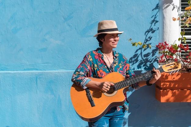 Atrakcyjna kobieta grająca na gitarze akustycznej