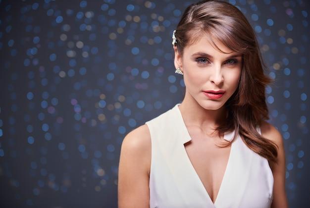 Atrakcyjna kobieta i ciemna ściana