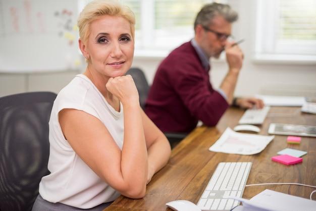Atrakcyjna kobieta i jej współpracownik w pracy