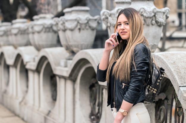 Atrakcyjna kobieta idąc przez miasto