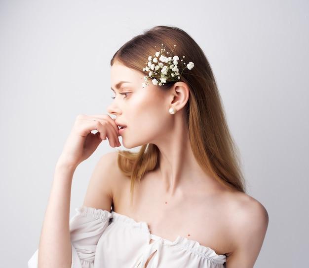 Atrakcyjna kobieta jasny makijaż biała sukienka jasne tło