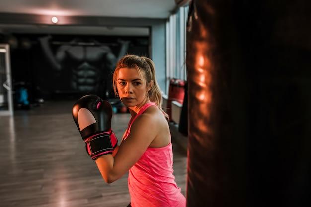 Atrakcyjna kobieta koncentrująca się na boksie.