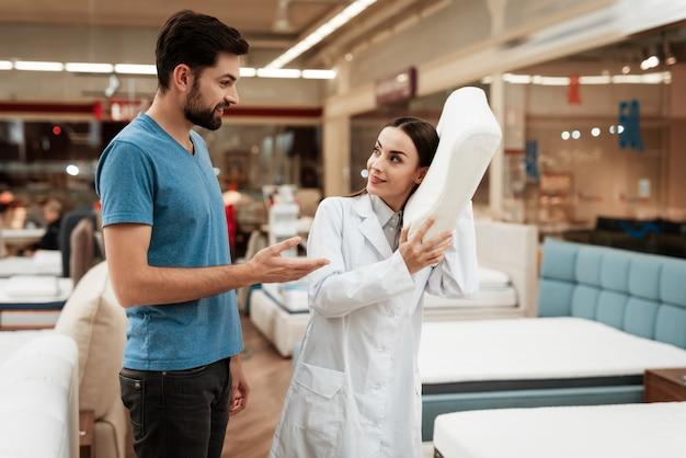 Atrakcyjna kobieta konsultant pomaga młody człowiek
