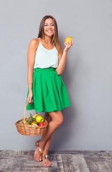 Atrakcyjna kobieta kosz z owocami