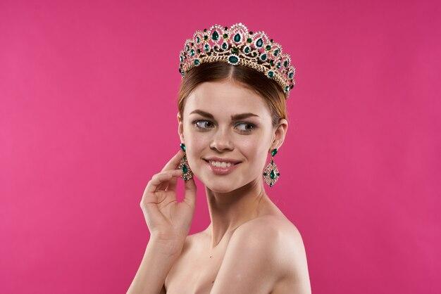Atrakcyjna kobieta luksusowe nagie ramiona kosmetyki moda zabawa modelka studio