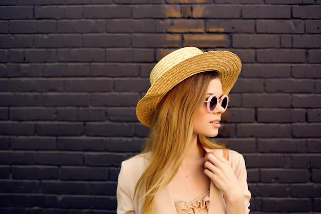 Atrakcyjna kobieta miasto spacer zabawa moda świeże powietrze czarny mur z cegły