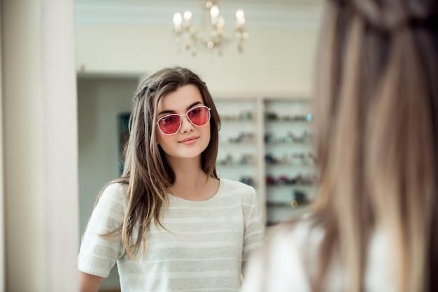 Atrakcyjna kobieta na spotkanie w biurze specjalisty oka