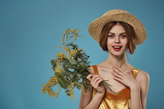 Atrakcyjna kobieta nosi kapelusz kwiaty dekoracji letnie wakacje. zdjęcie wysokiej jakości