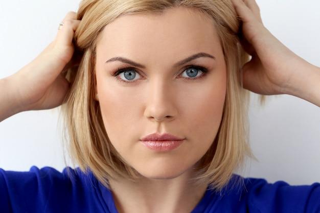 Atrakcyjna kobieta o niebieskich oczach
