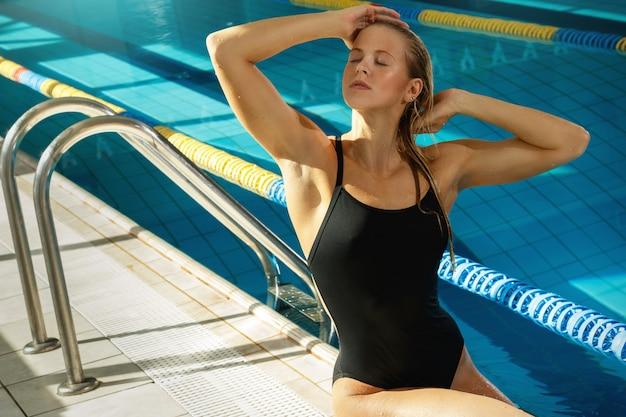 Atrakcyjna kobieta pływak