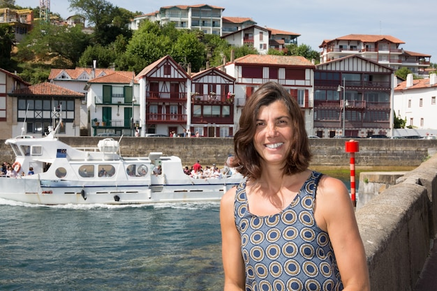 Atrakcyjna kobieta pozuje na tle francuscy domy.