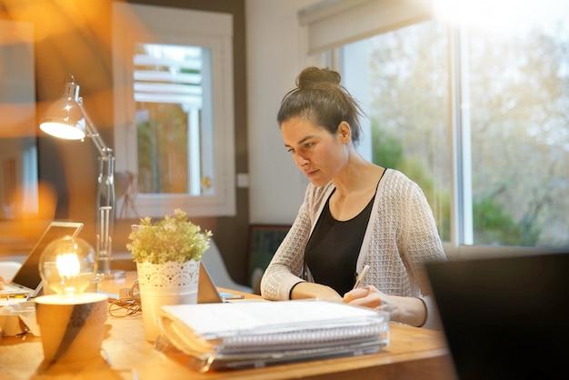 Atrakcyjna kobieta pracuje w co pracującej powierzchni biurowej