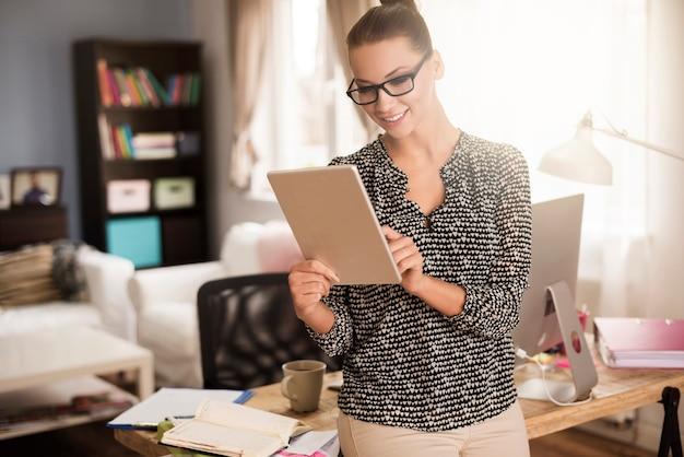 Atrakcyjna kobieta pracuje w swoim biurze w domu