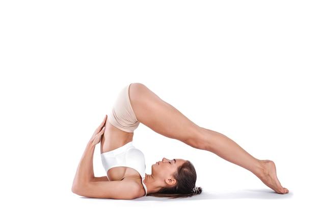 Atrakcyjna kobieta robi ćwiczenia rozciągające. pojęcie zdrowego stylu życia i sportu. seria ćwiczeń. na białym tle.