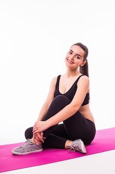 Atrakcyjna kobieta sportowa ćwiczeń na białym tle