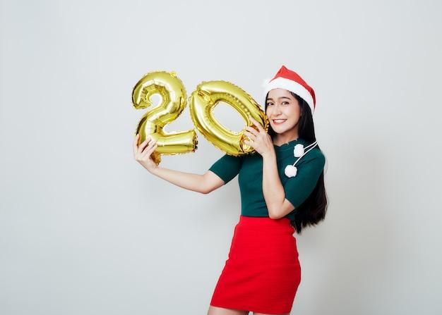 Atrakcyjna kobieta trzyma numer metaliczny balon balon