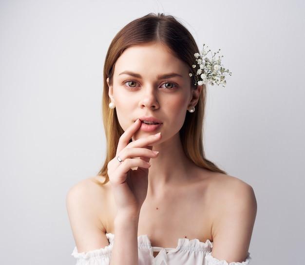 Atrakcyjna kobieta uroczy wygląd glamour jasnym tle. zdjęcie wysokiej jakości