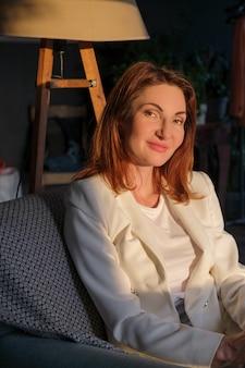 Atrakcyjna kobieta w białej eleganckiej kurtce portret kobiety biznesu godny zaufania profesjonalista