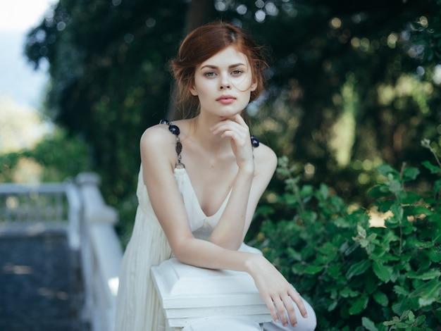 Atrakcyjna kobieta w białej sukni grecja urok tradycji
