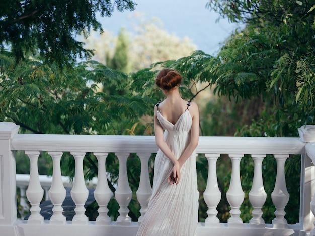 Atrakcyjna kobieta w białej sukni mitologii glamour luksusowy model