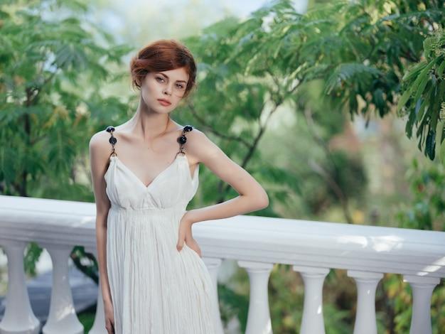 Atrakcyjna kobieta w białej sukni zielone drzewa grecja mitologia natura