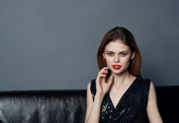 Atrakcyjna kobieta w czarnej sukni wieczorowej z czerwonymi ustami uśmiech przycięty widok studio