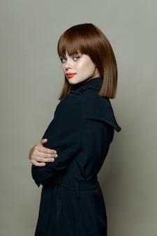 Atrakcyjna kobieta w czarnym płaszczu
