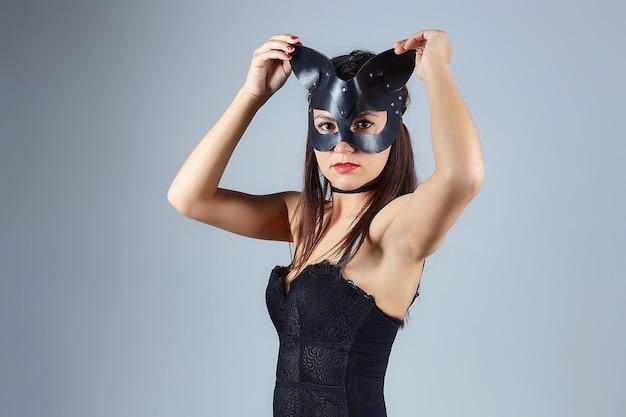Atrakcyjna kobieta w masce kota