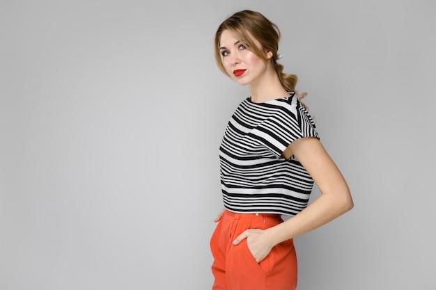 Atrakcyjna kobieta w modne ciuchy