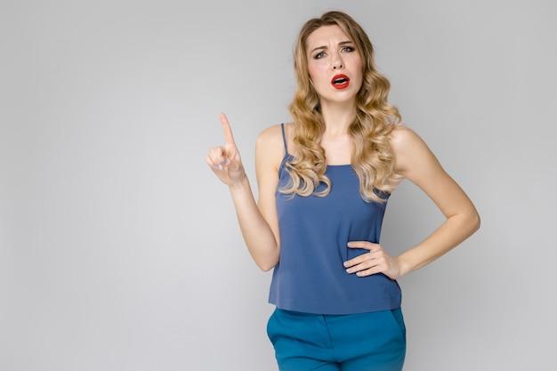 Atrakcyjna kobieta w modnych ubraniach