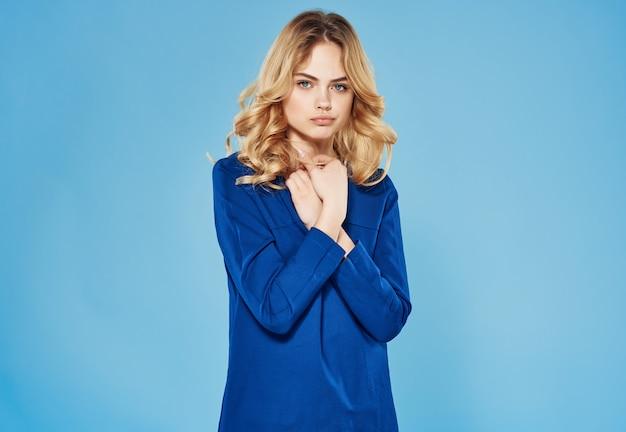Atrakcyjna kobieta w niebieskiej sukience makijaż studio mody na białym tle