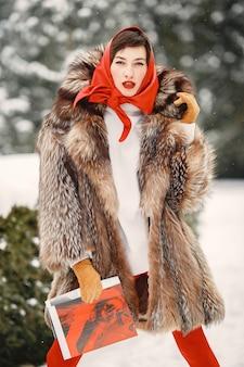 Atrakcyjna kobieta w okresie zimowym plenerowym