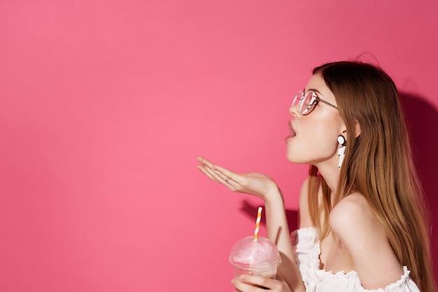 Atrakcyjna kobieta w okularach kolczyki moda emocje styl życia