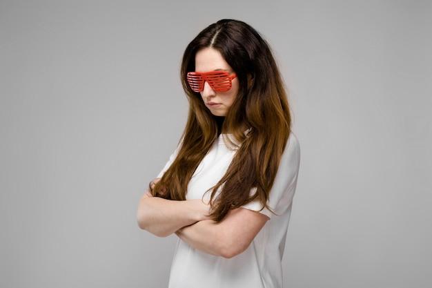 Atrakcyjna kobieta w okularach przeciwsłonecznych