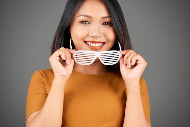 Atrakcyjna kobieta w okularach