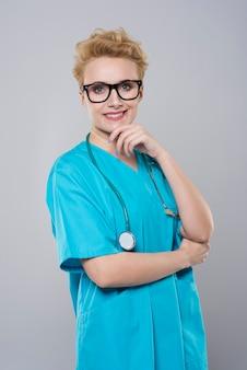 Atrakcyjna kobieta w roli lekarza